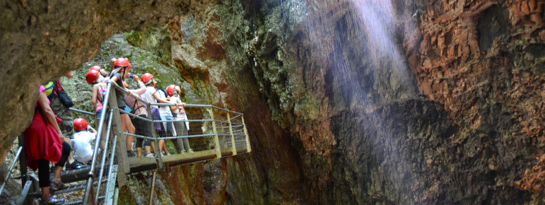 Un viaggio nel cuore della roccia millenaria tra acqua e aria, camminando sospesi su passerelle metalliche
