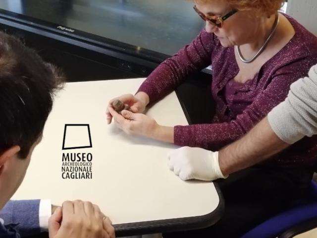 Una visitatrice tocca con mano un manufatto