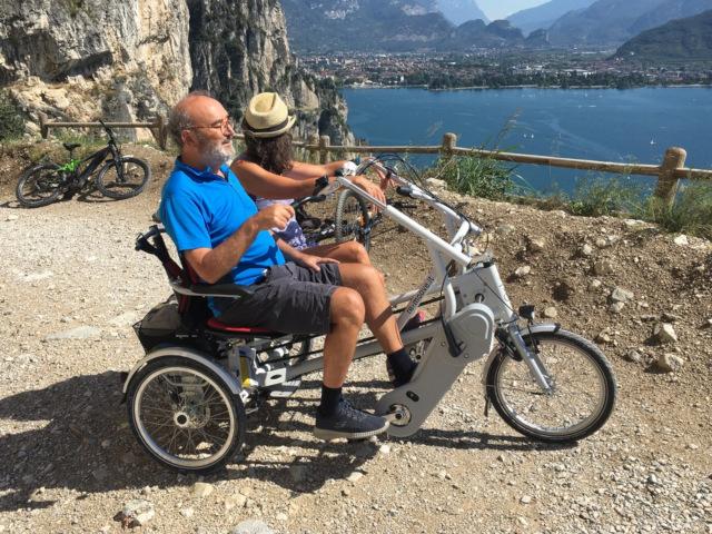 Bici Remoove utilizzata in punto panoramico di mare