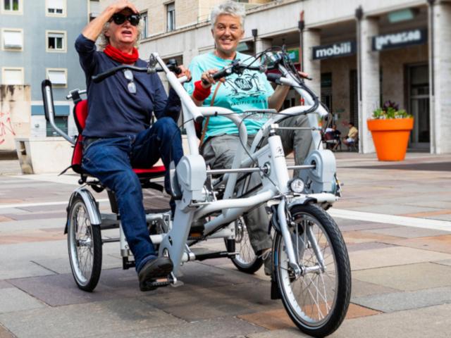 Bici Remoove in città seduta affiancata