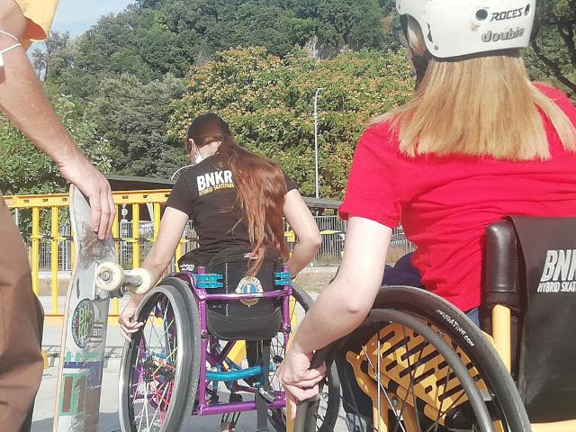 Ragazze in sedia a rotelle in attesa di iniziare l'esperienza