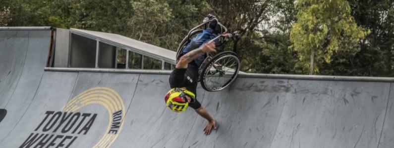 Ragazzo in sedia a rotelle esegue figure acrobatiche