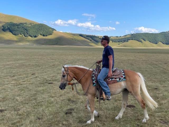 Francesco Schippa a cavallo durante una passeggiata sulla Piana di Castelluccio di Norcia